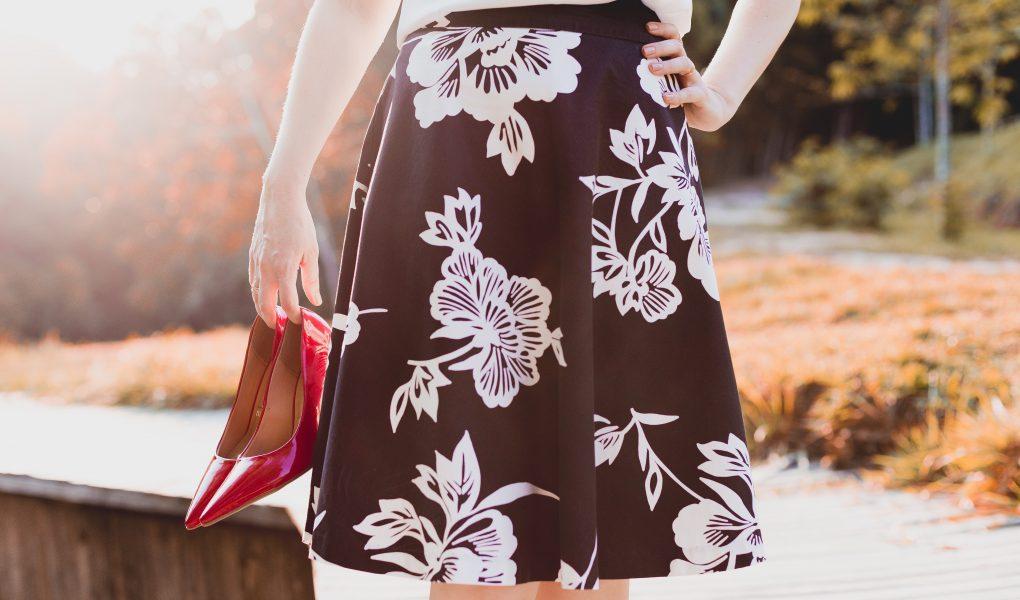 Jak nosić spódnice w kwiaty, żeby wyglądać modnie?