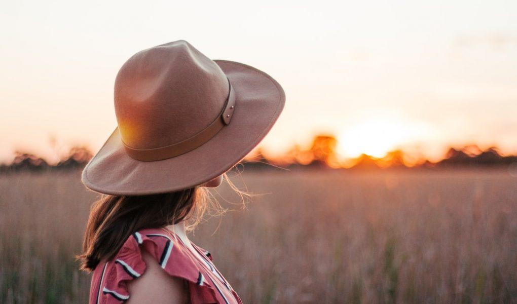 (Nie)codzienny dodatek do garderoby – jak dobrać kapelusz do swojej szafy?